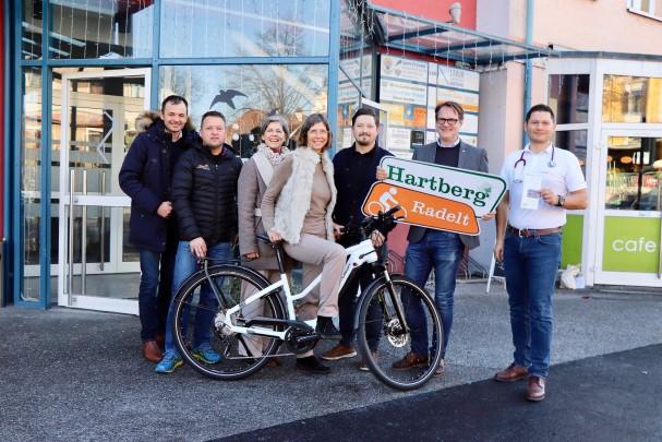v.l.n.r.:Anton Schuller, Ewald Holzer, Michaela und Isabell Bayer, Alexander Wieser, Bürgermeister Marcus Martschitsch, Dr. Alexander Moussa