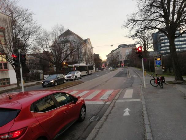 Rot für Radfahrende trotz eigenem Radweg beim Südbahnhofmarkt