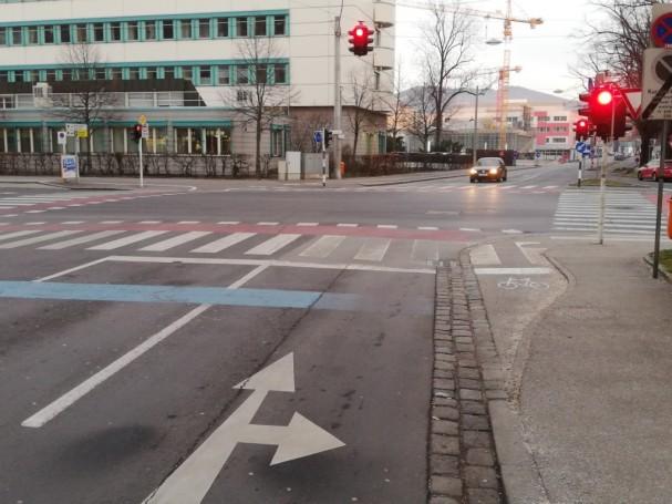 Rot für abbiegende Radfahrende trotz eigenem Radweg (Khevenhüllerstraße)
