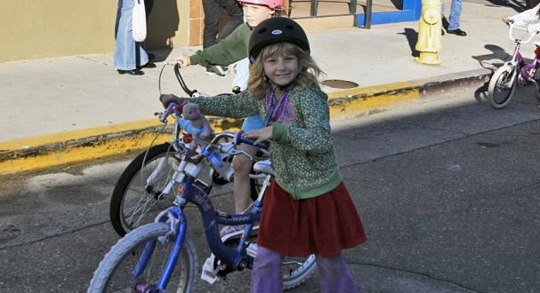 Mädchen an Fahrrad.jpg