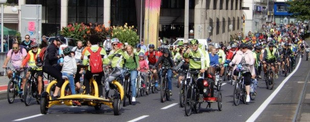Radparade auf der Nibelungenbrücke vor dem Rathaus