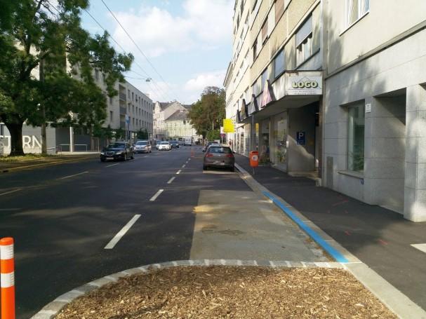 radlobby-ooe-stockhofstrasse_nach_umbau_grosszuegige_kfz-stellplaetze_kein_radweg.jpg