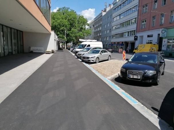 radlobby-ooe-stockhofstrasse_nur_gehwege_keine_radzufahrt_zu_geschaeften-radstaender.jpg