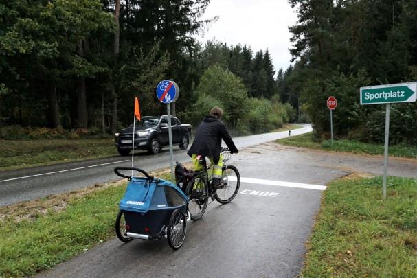 Ende des Radweges beim Sportplatz Rückersdorf an unübersichtlicher Stelle