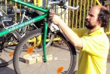 Radreparatur: Stephan Landgraf, Mitglied im Vorstand der Radlobby ARGUS Steiermark, macht`s gratis bei den Licht+Technik-Checks