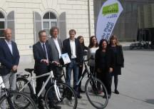 nach der Zertifikat-Verleihung: Die Vize-Rektoren Peter Riedler und Eike Straub mit den Vertreterinnen von FGM und Radlobby, Margit Braun und Heidi Schmitt.